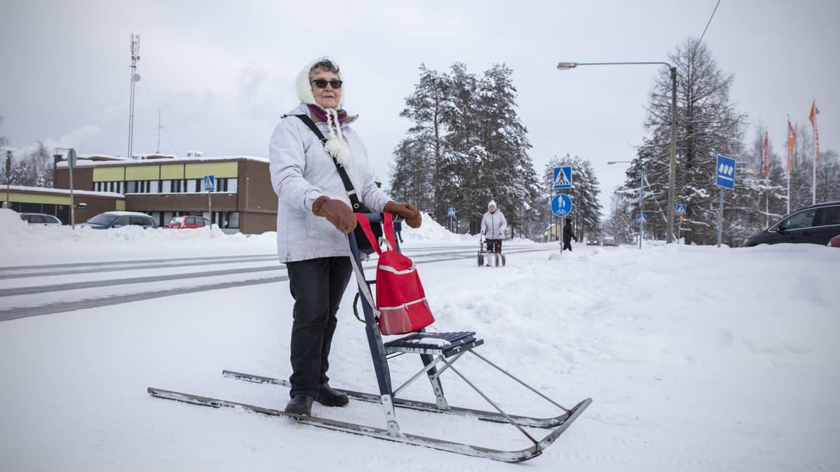 Anja Pehkonen potkurin kanssa Polvijärven kirkonkylällä.