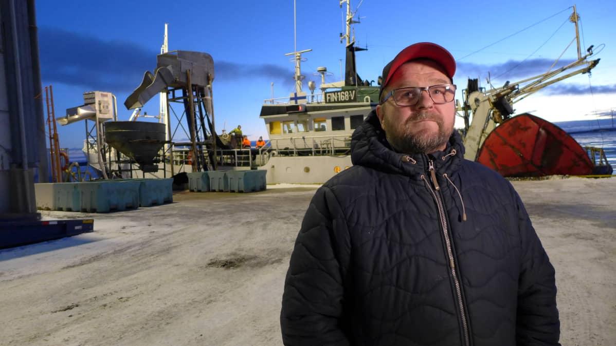 ammattikalastaja Jukka Vehkaperä Reposaaren kalasatamassa