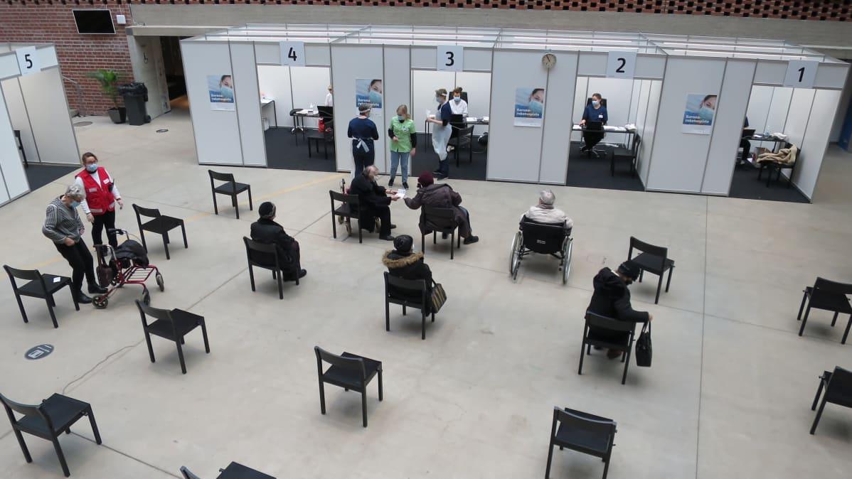 Joukkorokotus käynnissä Hämeenlinnan Verkatehtaan lasipihalla