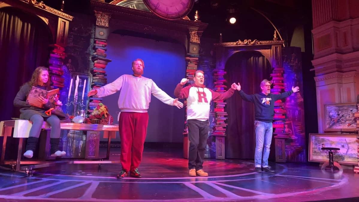 kolme miestä ja nainen teatterilavalla