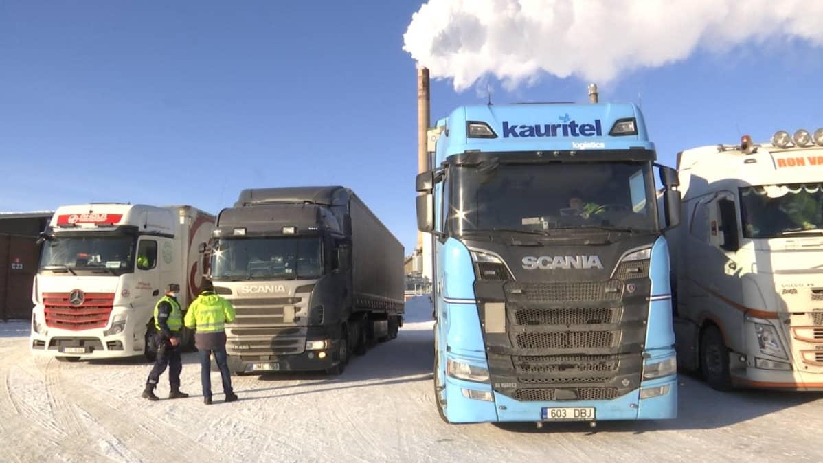 Poliisi tarkistaa rekka-auton Vaasan satamassa.