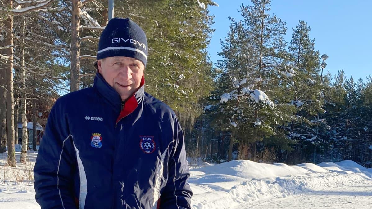 Raino Manniala seisoo lumisella kentällä