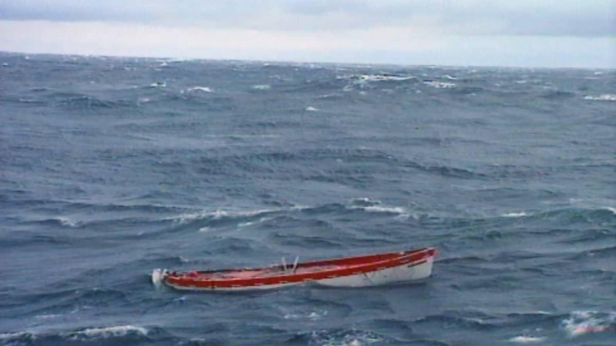Pelastusvene kovassa aallokossa
