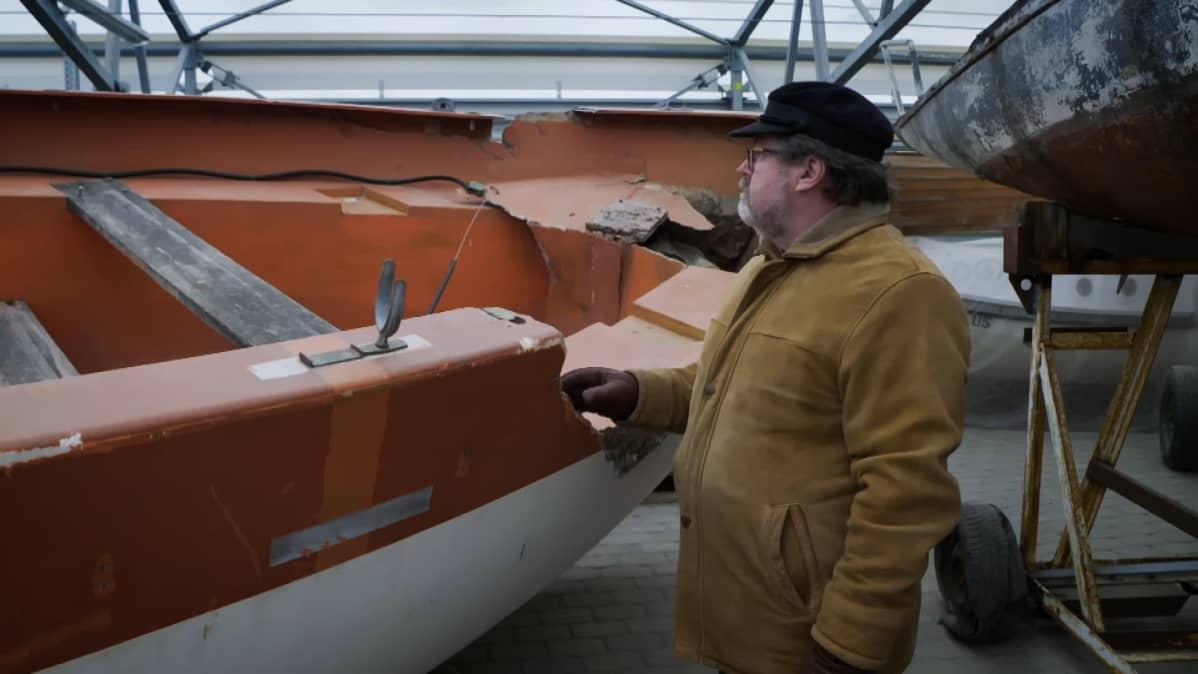Kapteeni Jüri Lember katselee Estonian pelastusvenettä.