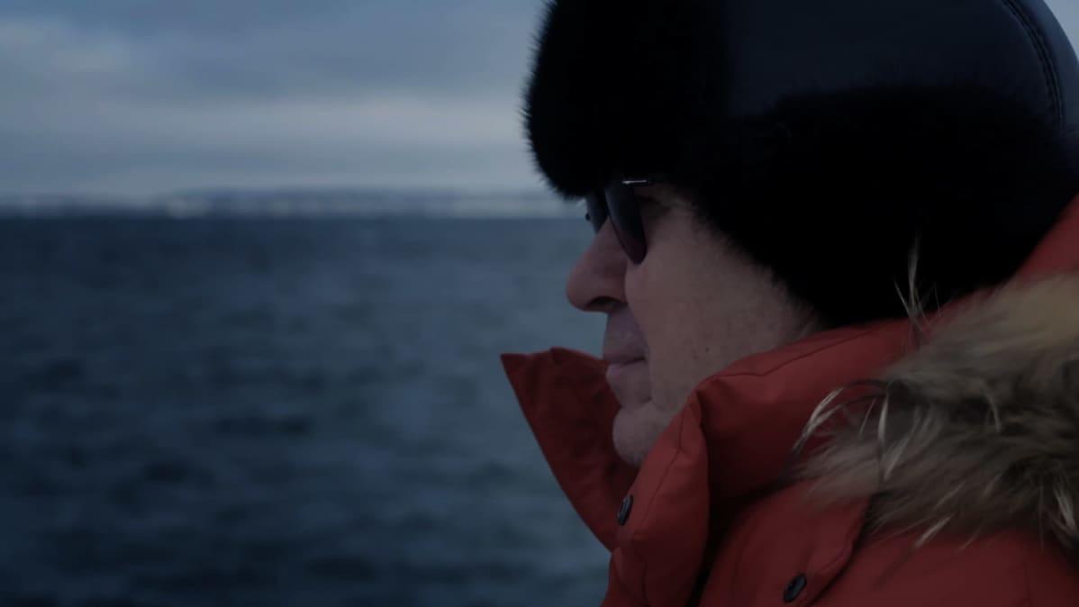 Virolainen toimittaja Andres Raid katselee merelle.
