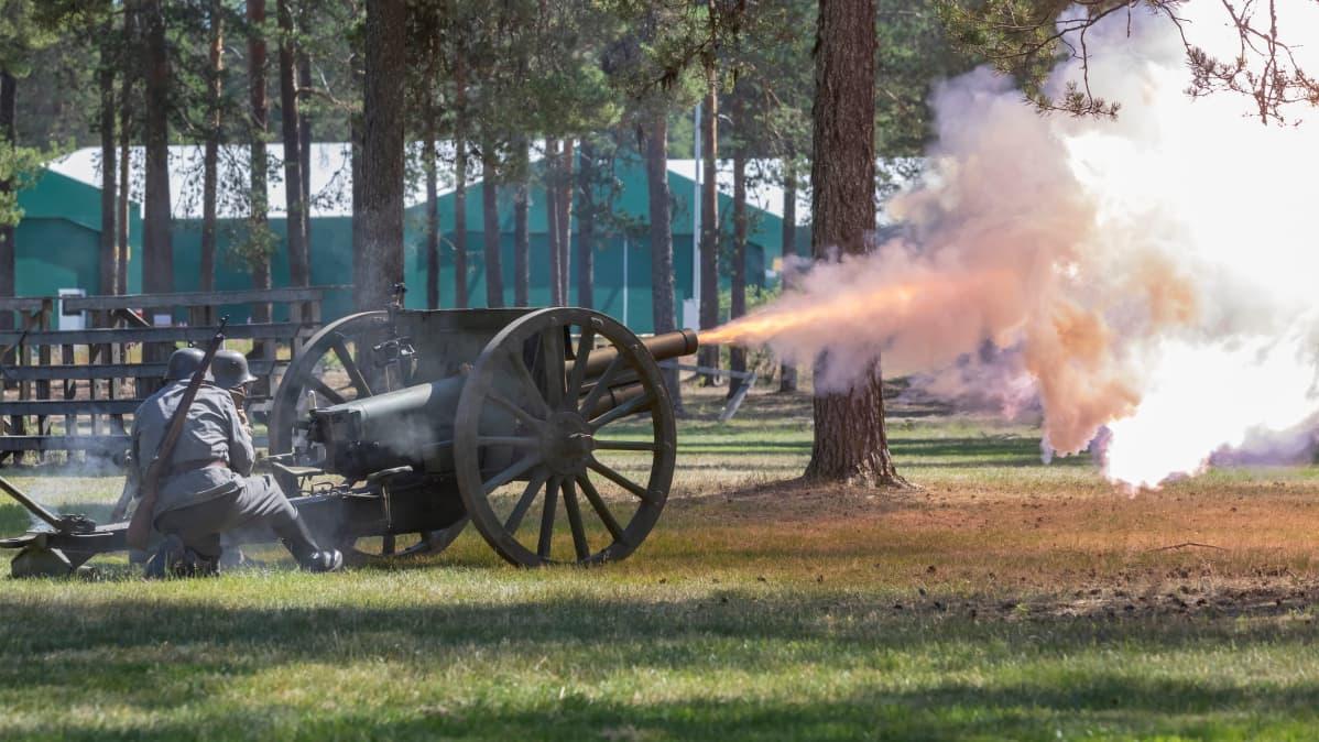 Perinnevaljakkoon kuuluvalla tykillä ammutaan ja tyykin piipusta lentää savupilvi