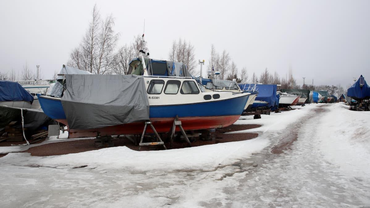 Veneitä talvisäilytysalueella