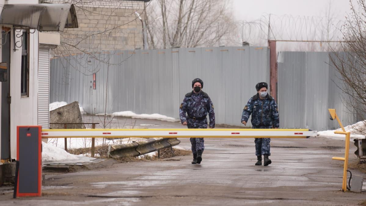 Kaksi poliisia kävelee ulkona.