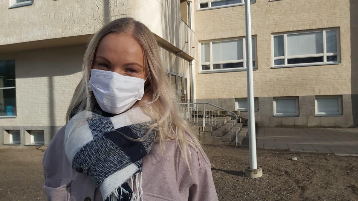 Luokanopettaja Annika Lönnroth Kaukaan koulun edessä