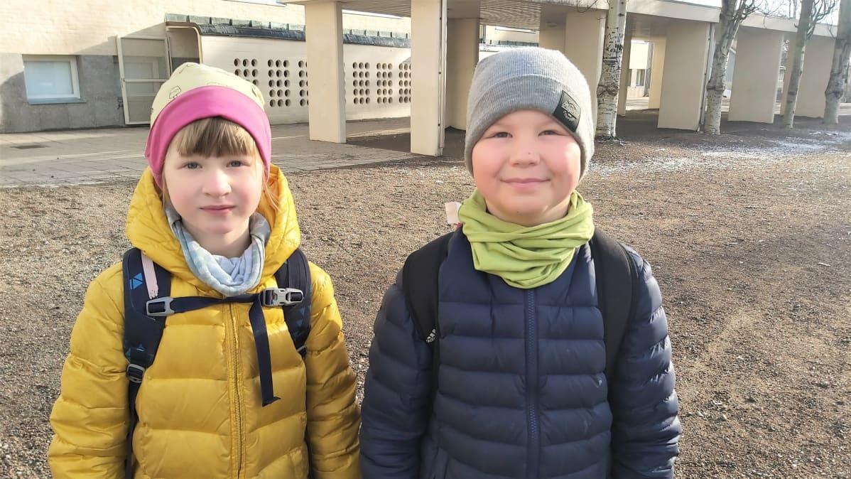 Ekaluokkalaiset Saima Tynkkynen ja Väinö Haavisto Kaukaan koulun edessä