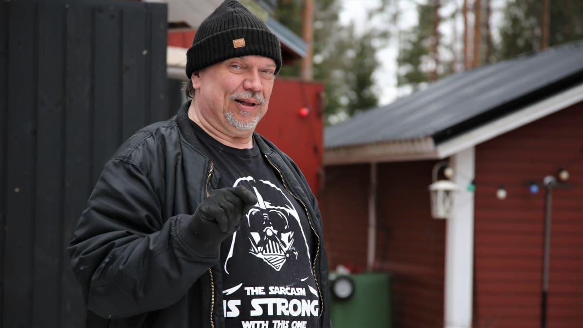 Timo  Rautala kotipihalla Salon Muurlassa