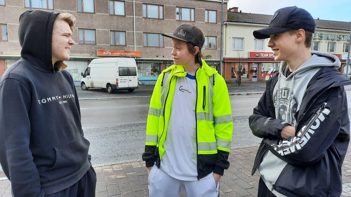 Kankaanpääläiset Perttu Kyläkoski,Tomi Anttila ja Benjamin Nurminen Kankaanpään keskustassa.