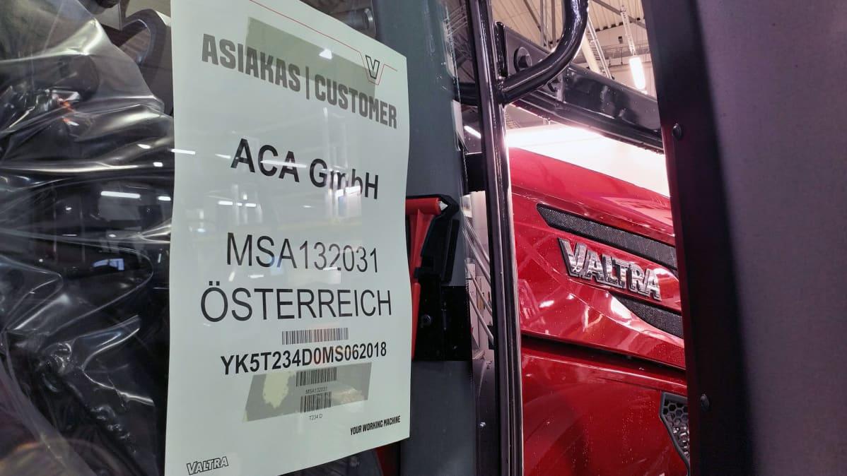 Asiakkkaan yksilöivä tunnus valmistuvan traktorin ovessa. Tämä traktori on tilattu Itävaltaan.