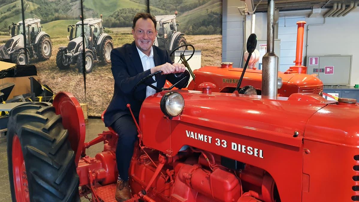 Valtran myynti- ja markkinointijohtaja Mikko Lehikoinen vanhan Valmet 33 traktorin ohjaimissa.