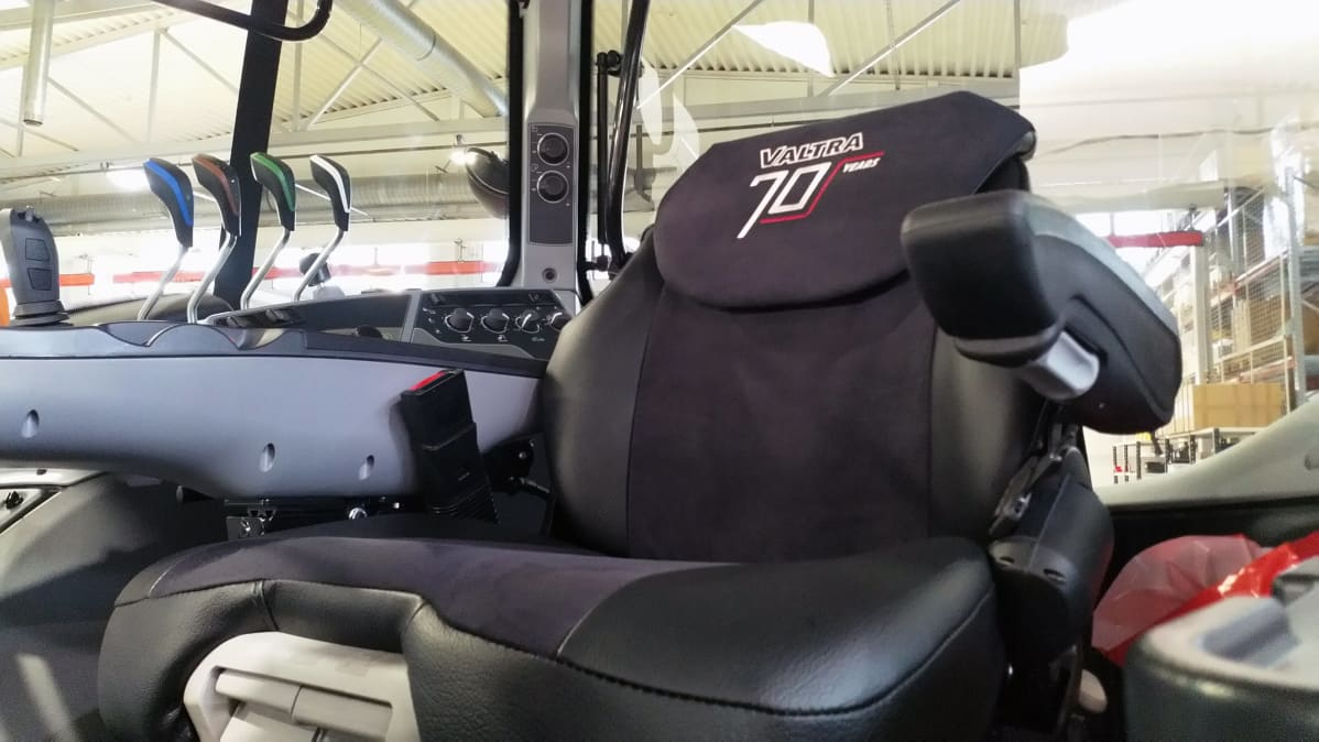 Valtran 70v. -merkintä näkyy kirjailtuna uuden traktorin penkissä