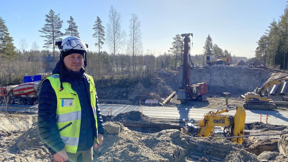 Kuvassa siltatyömaa ja työmaapäällikkö Pasi Pelkonen MPV-Infrarakenne Oy:stä