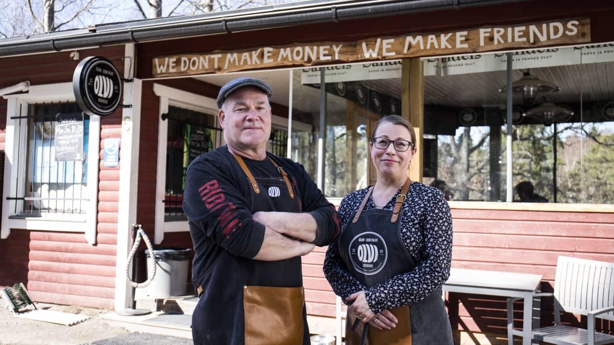 Sami Kurikka ja Marika Lähde, kyläkauppiaat, Långvikin kyläkauppa.