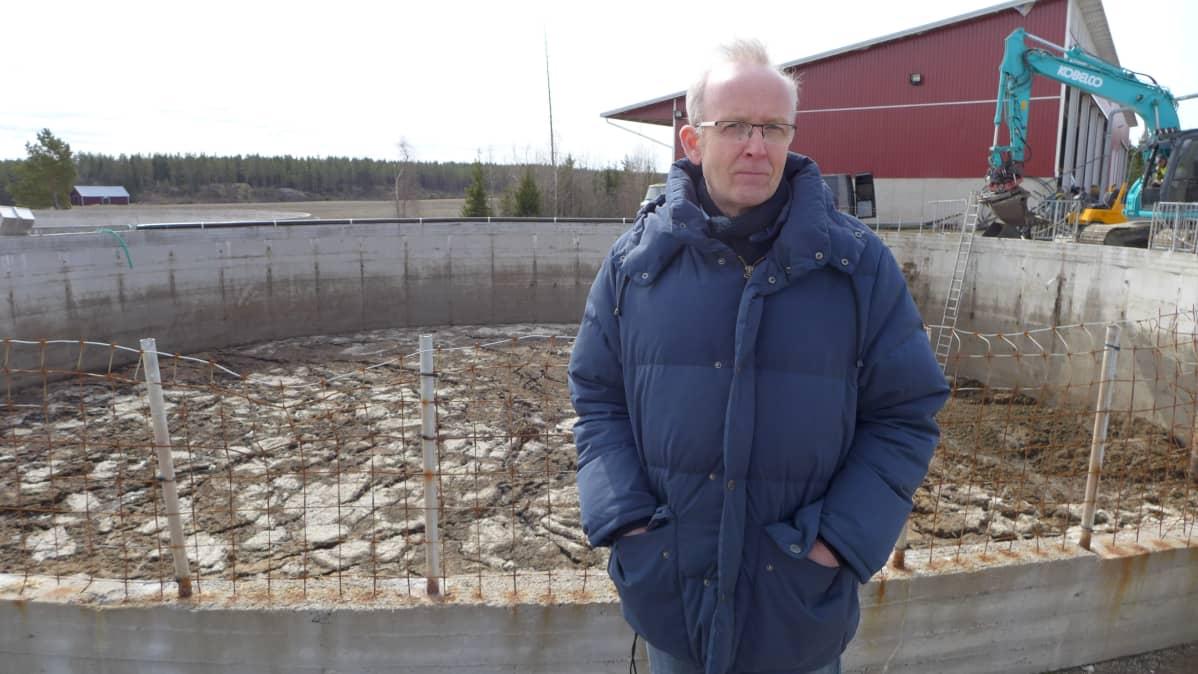 Erikoistutkija Seppo Knuuttila (SYKE) lantasäiliön vieressä