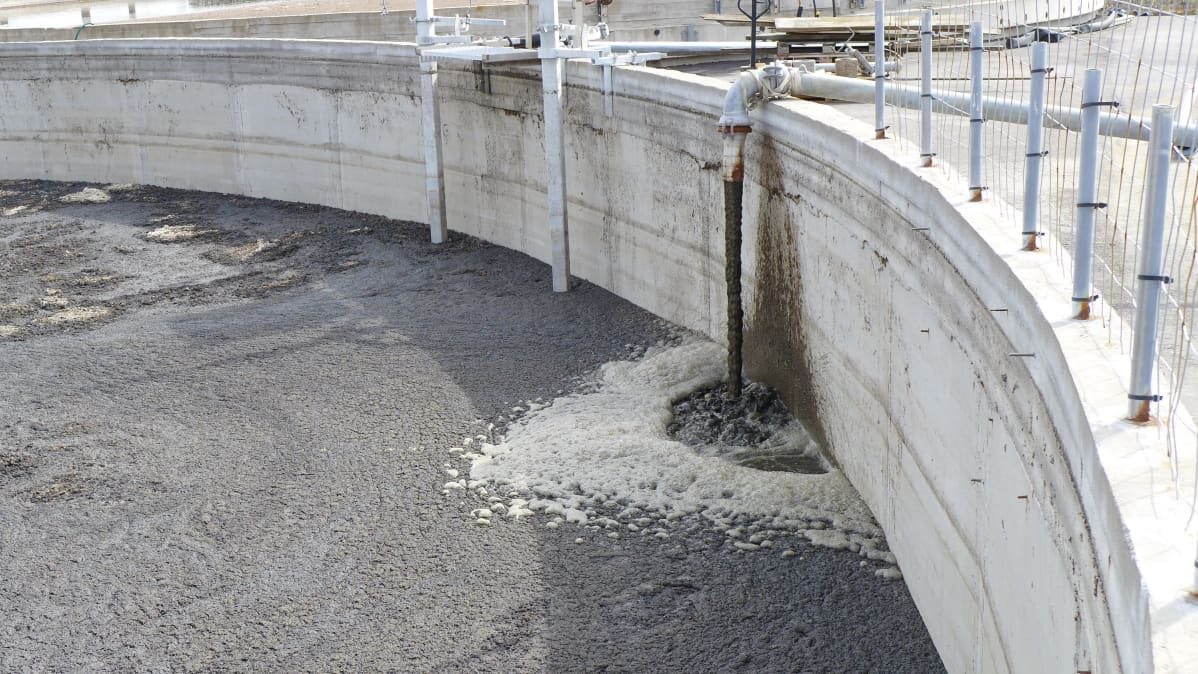 nestemäistä lantaa pumpataan toiseen altaaseen