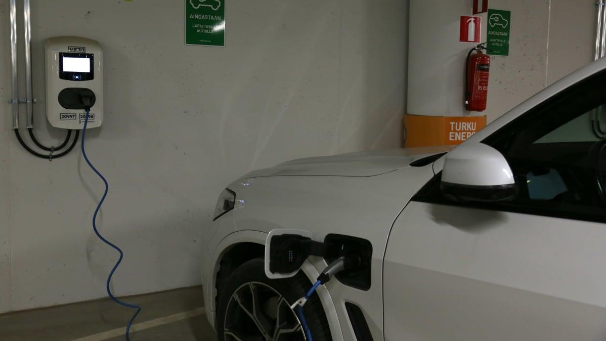 Sähköauto latauksessa Turun Toriparkissa.
