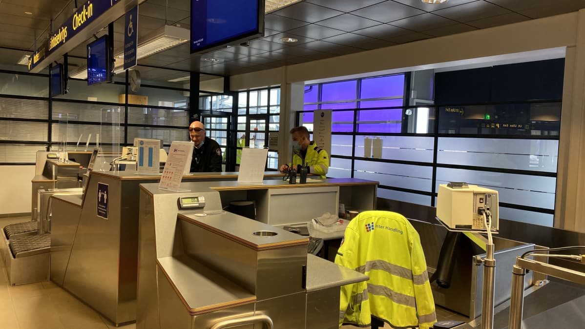 Kruunupyyn lentokentällä henkilökunta valmistautuu lentoon.
