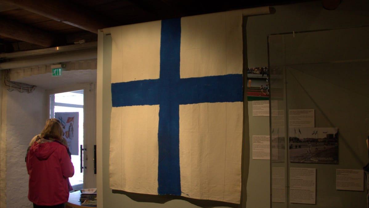 Lasse Viren ympärille kääritty Suomen lippu