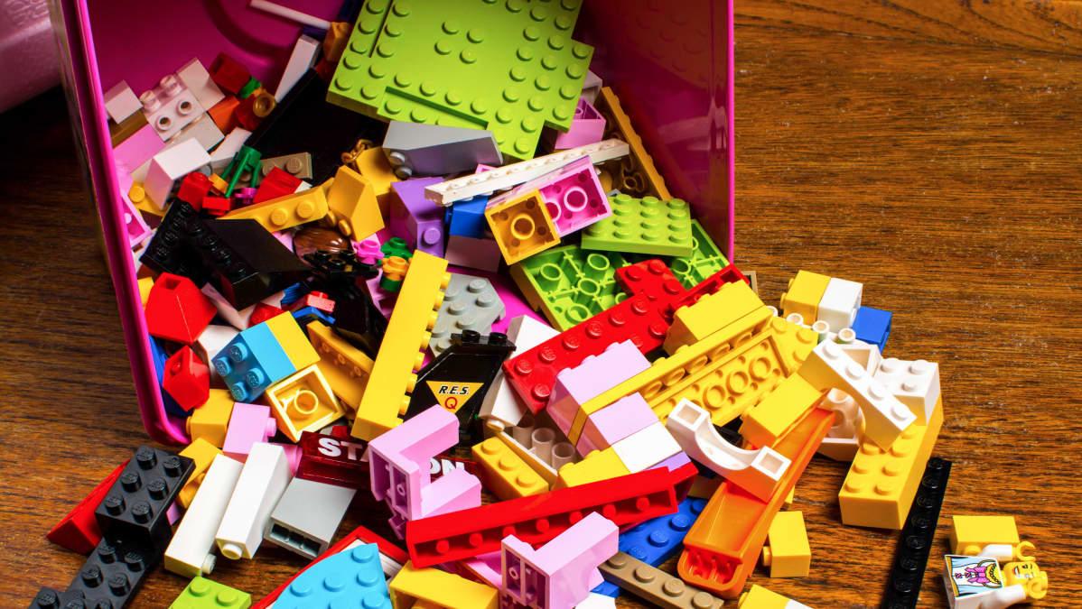 sekalsisia Lego-palikoita lattialla.