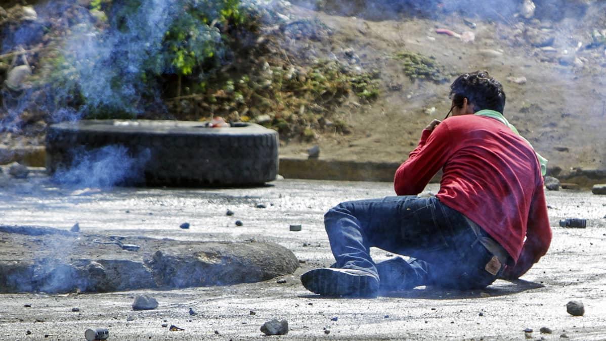 Opiskelija maassa saatuaan osuman kumiluodista protesteissa Managuassa Nicaraguassa 21. huhtikuuta.