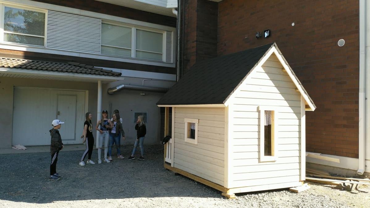 Kuvassa Kälviän kirkonkylän koulun oppilaiden rakentama leikkimökki.