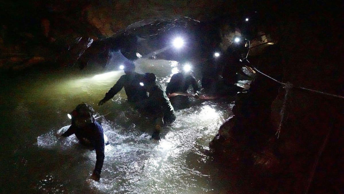 Thaimaan merivoimien erikoisjoukot navigoivat Tham Luangin luolastossa 1. heinäkuuta.