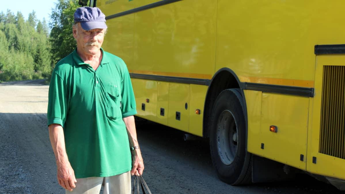 Timo Knaappila ostaa puolet kuukauden ruokaostoksistaan kauppa-autosta.