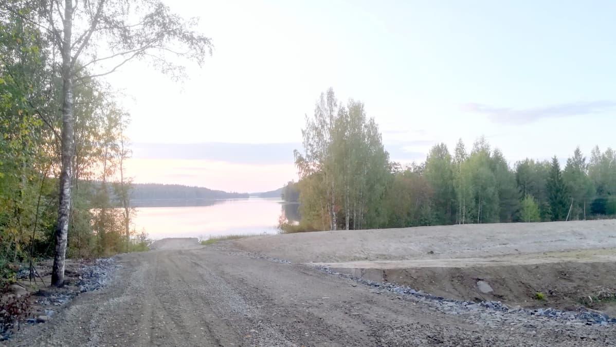 Maansiirtotöitä Savilahden rannalla Kuopiossa.
