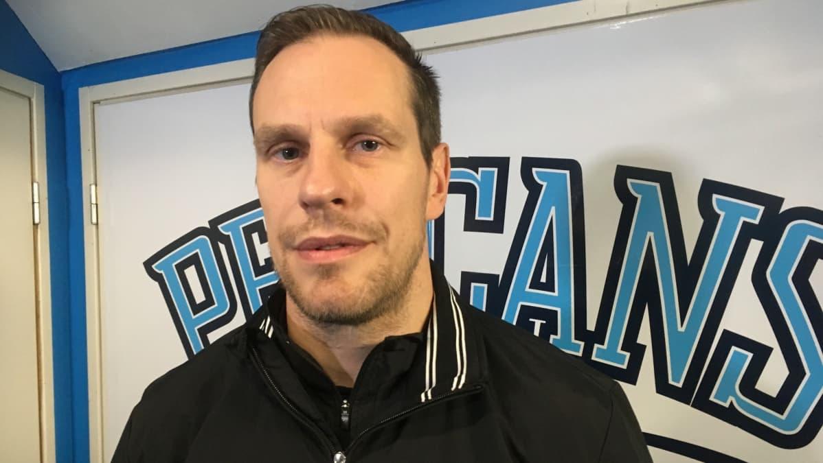 Lahden Pelicans jääkiekkojoukkueen päävalmentaja Ville Nieminen