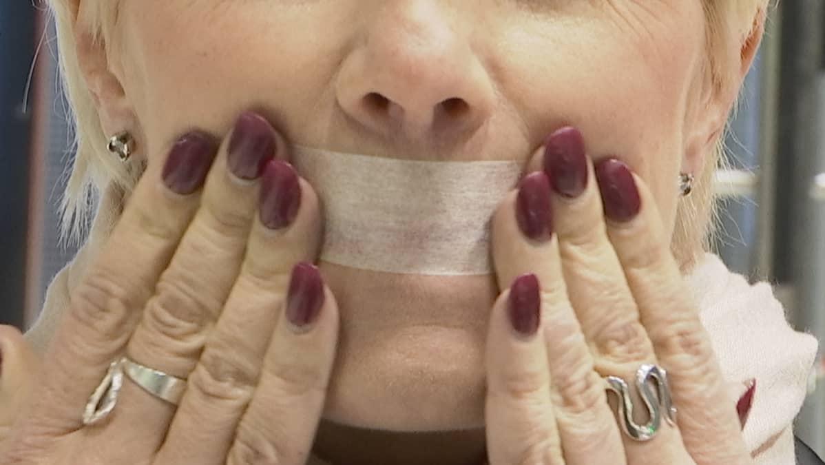 Teippi suun edessä voi auttaa hengittämään pelkästään nenän kautta.