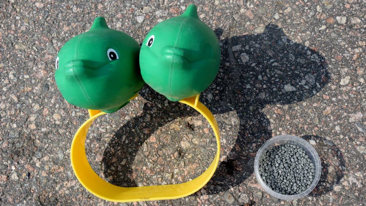 Kierrätykseen viedyt kellukkeet, joista tulee lopulta granulaattia.