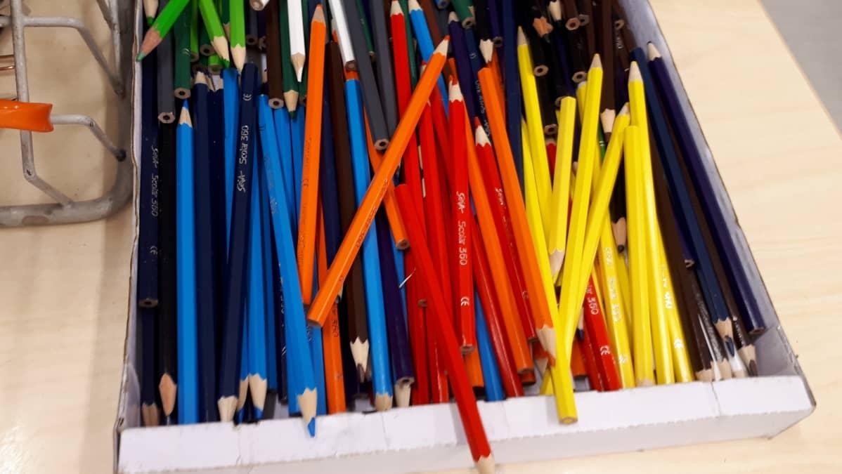 Värikkäitä kyniä