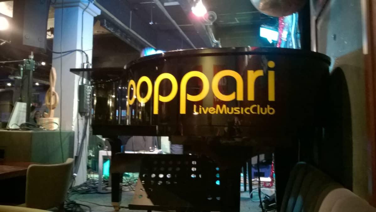 Musiikkiravintola Popparin esiintymislavalla flyygeli.