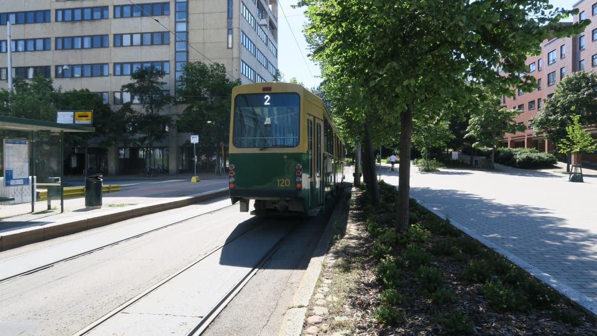 Raitiovaunu numero 2 ajaa Pasilan aseman ja Olympiaterminaalin väliä Maistraatintorin kautta.