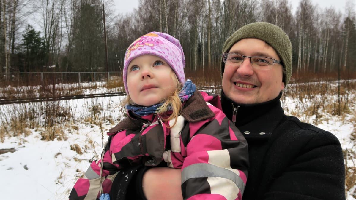 Jarno Tanskasen 4-vuotias Vilma-tytär pelkää öisin kulkevien junien tärinää. Tällä hetkellä hiilijunia kulkee vain päiväsaikaan.