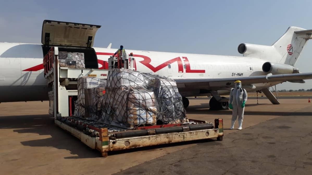 Lentokoneesta puretaan koronvirusrokotteita lentokentällä, Etelä-Sudanissa.