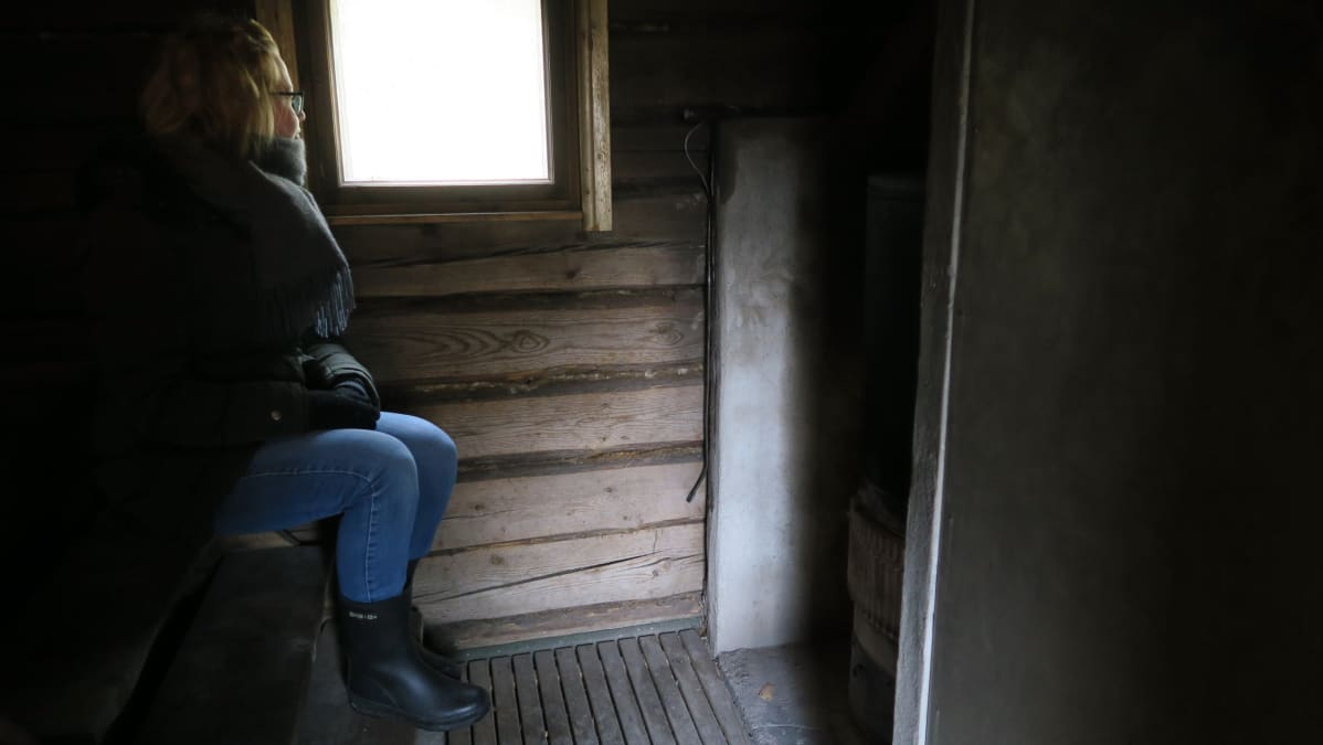Erityisesti talvisin ulkosaunan lämmittäminen on työlästä, mutta palkitsevaa. Marianna Kurtto on pyhittänyt saunan lämmittämiselle kokonaisia iltoja.
