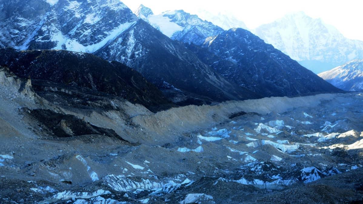 Vuorien juurella oleva jäätikkö.