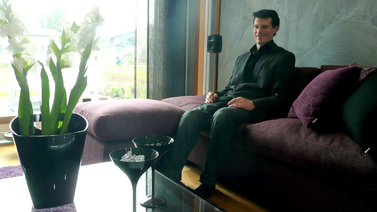 Jussi Palomäki sohvalla