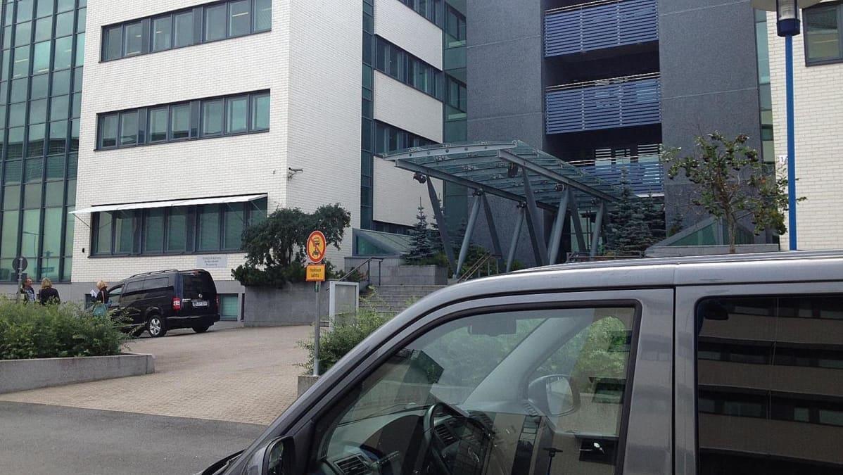 Auto Nokian Peltolan toimipisteen edustalla