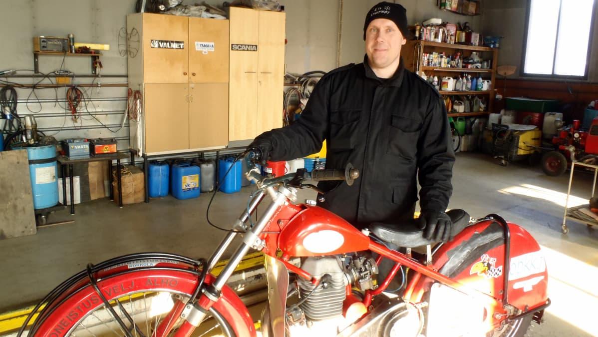 Noin 25 vuotta vanha Jawan speedwaymoottoripyörä ja Timo Eronen.