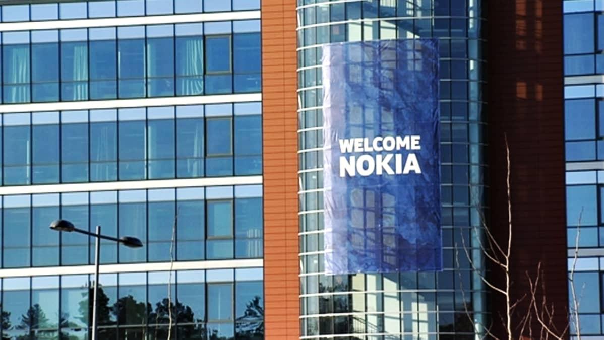 Nokian mainoslakana rakennuksen seinässä