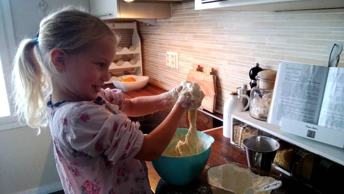 5-vuotais Ellen Koljonen leipoo sämpylöitä.