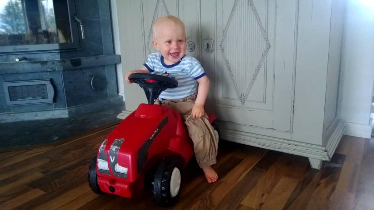 James 10 kuukauttaa leikkii traktorilla.