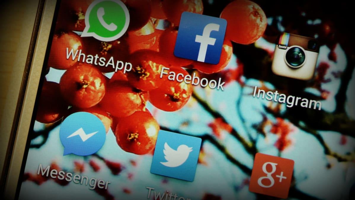 Sosiaalisen median sovelluksia kännykän näytöllä
