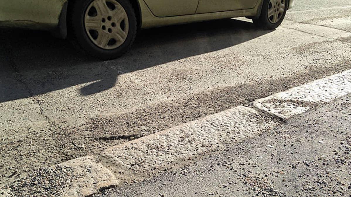 Irtohiekka pölisee kadulla ja ajotiellä.